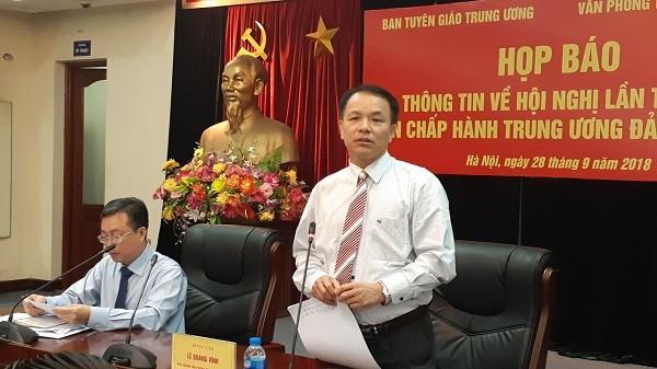 Phó Chánh Văn phòng Trung ương Đảng Lê Quang Vĩnh thông tin tại buổi họp báo