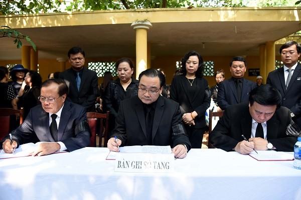 Bí thư Thành ủy Hà Nội Hoàng Trung Hải ghi sổ tang tại lễ viếng đồng chí Nguyễn Đình Sở