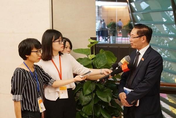 ĐBQH Nguyễn Chiến trả lời báo chí bên hành lang Quốc hội sáng 22-10