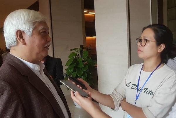 ĐBQH Dương Trung Quốc trả lời báo chí bên hành lang Quốc hội chiều 23-10