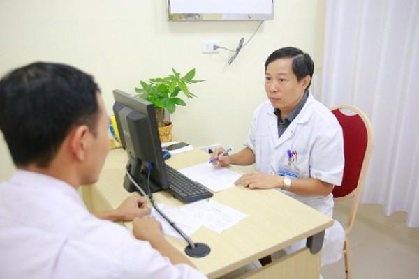 PGS.TS Nguyễn Quang tư vấn cho người bệnh vô sinh tại BV Việt Đức
