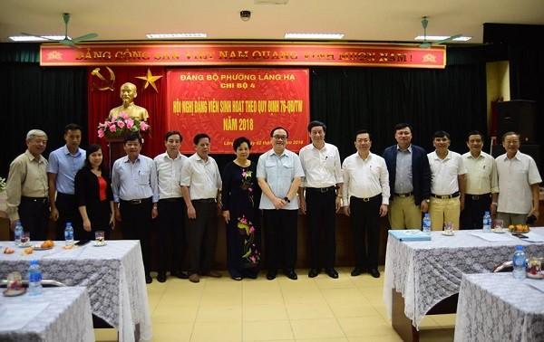 Bí thư Thành ủy Hoàng Trung Hải chụp ảnh chung với các đại biểu dự buổi sinh hoạt