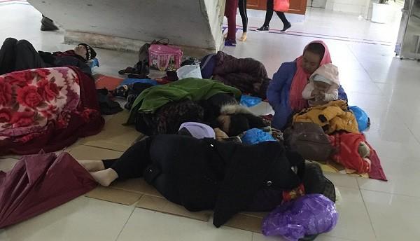 Bệnh nhân đến viện trong những ngày rét đậm, tại Bệnh viện Bạch Mai
