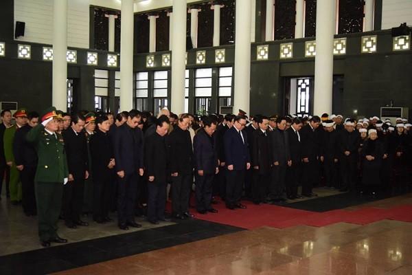Đoàn đại biểu TP Hà Nội vào viếng lễ tang đồng chí Nguyễn Văn Trân