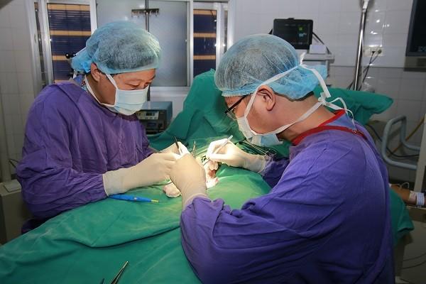 Ca phẫu thuật cắt tinh hoàn cho 1 nam bệnh nhân 13 tuổi ở BV Việt Đức