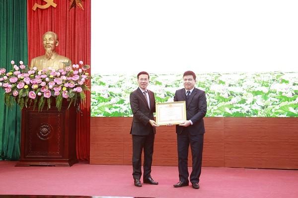 Trưởng Ban Tuyên giáo Trung ương Võ Văn Thưởng trao Bằng khen của Thủ tướng Chính phủ cho Phó Trưởng ban Tuyên giáo Thành ủy Hà Nội Trần Xuân Hà