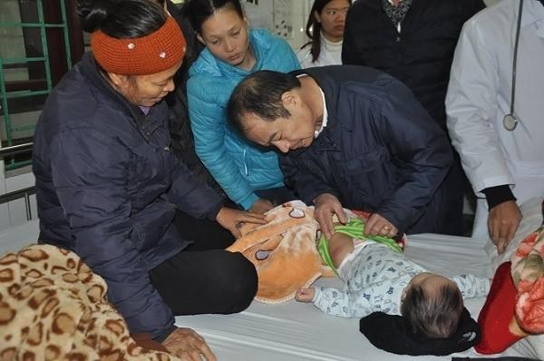 PGS.TS Trần Đắc Phu kiểm tra một trẻ gặp phản ứng sau tiêm chủng đang nằm điều trị tại BV Đa khoa Vân Đình