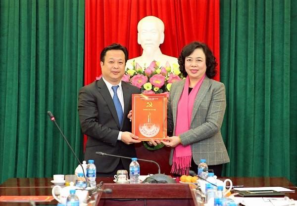 Phó Bí thư Thường trực Thành ủy Hà Nội Ngô Thị Thanh Hằng trao quyết định cho tân Phó Bí thư Quận ủy Bắc Từ Liêm