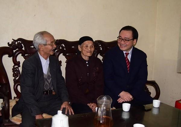 Bí thư Thành ủy Hoàng Trung Hải thăm hỏi, chúc Tết cụ Nguyễn Thị Kính (91 tuổi, ở xã Phú Nam An)