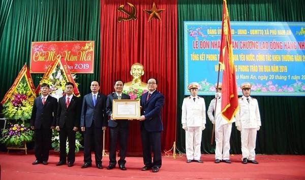 Bí thư Thành ủy Hoàng Trung Hải thay mặt Đảng, Nhà nước trao Huân chương Lao động hạng Nhì cho xã Phú Nam An