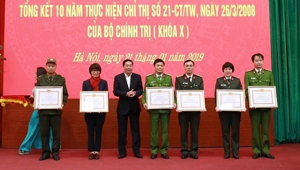 Phó Chủ tịch UBND TP Hà Nội Lê Hồng Sơn trao Bằng khen cho các cá nhân
