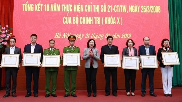 Phó Bí thư Thường trực Thành ủy Ngô Thị Thanh Hằng trao Bằng khen cho các tập thể có thành tích xuất sắc