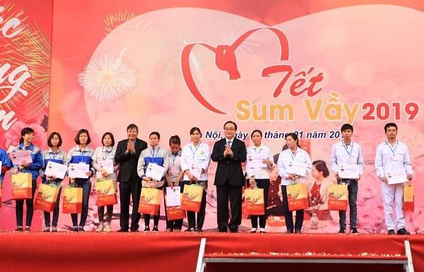 Bí thư Thành ủy Hoàng Trung Hải tặng quà tết cho công nhân