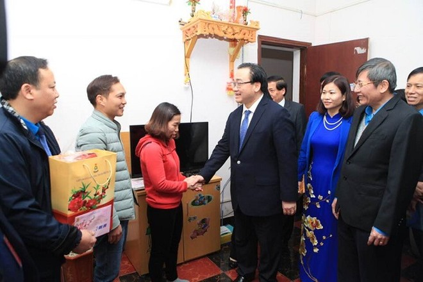 Bí thư Thành ủy Hoàng Trung Hải đến nhà ở của công nhân khu công nghiệp Bắc Thăng Long thăm hỏi, tặng quà Tết