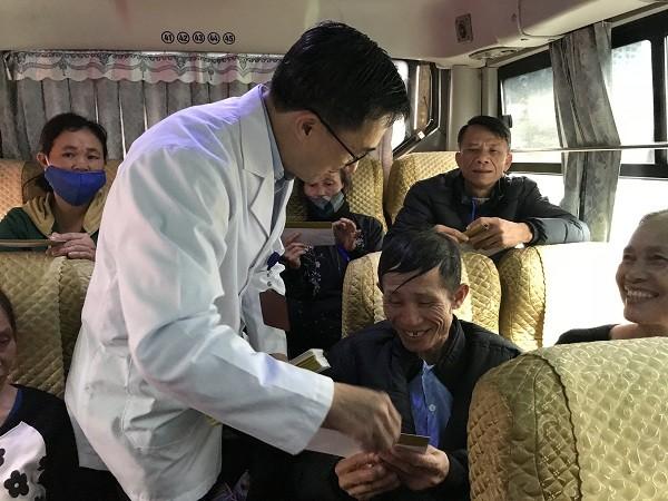 GS.TS Trần Văn Thuấn, Giám đốc Bệnh viện K lên xe lì xì cho các người bệnh