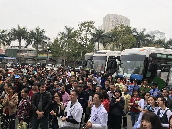 Hàng trăm bệnh nhân, người nhà bệnh nhân tập trung tại sảnh Bệnh viện K để lên xe về quê đón tết