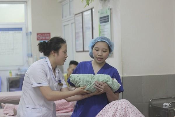 Các bác sĩ sản khoa chỉ có thể cười tươi khi đón em bé chào đời khỏe mạnh