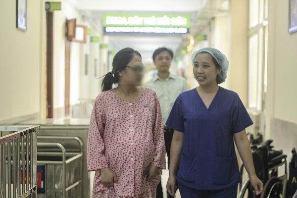 Bác sĩ Đồng Thu Trang nhiệt tình tư vấn cho một sản phụ