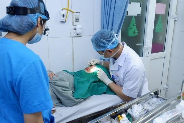 Các bác sĩ xử trí biến chứng chảy máu cho nữ bệnh nhân sau khi đi cắt mí
