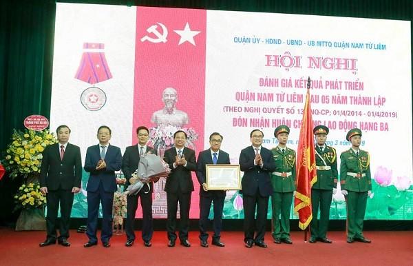 Bí thư Thành ủy Hà Nội Hoàng Trung Hải chúc mừng quận Nam Từ Liêm được trao tặng Huân chương Lao động hạng Ba