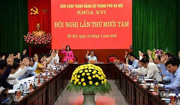 Các đại biểu biểu quyết thông qua Nghị quyết hội nghị lần thứ mười tám