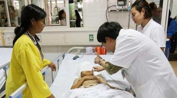 Bé trai N.V.Th vẫn đang điều trị tại BV Việt Đức vì tai nạn chó cắn