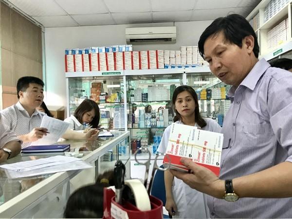 Phó Giám đốc Sở Y tế Hà Nội Trần Văn Chung kiểm tra tại một nhà thuốc