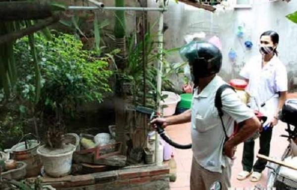 Phun hóa chất phòng chống dịch sốt xuất huyết tại Hà Nội (Ảnh minh họa)