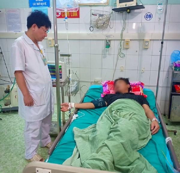 Sau khi được cấp cứu, bệnh nhân vẫn đang phải tiếp tục điều trị tích cực