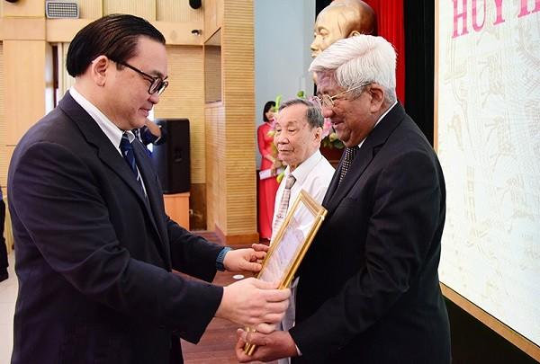 Bí thư Thành ủy trao tặng Huy hiệu 55 năm tuổi Đảng cho đồng chí Phạm Thế Duyệt