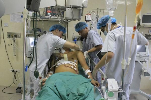 Nam thanh niên được đưa vào Bệnh viện E cấp cứu trong tình trạng thập tử nhất sinh