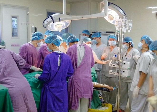 Kíp phẫu thuật cho bệnh nhân được huy động nhiều chuyên khoa, phối hợp nhịp nhàng