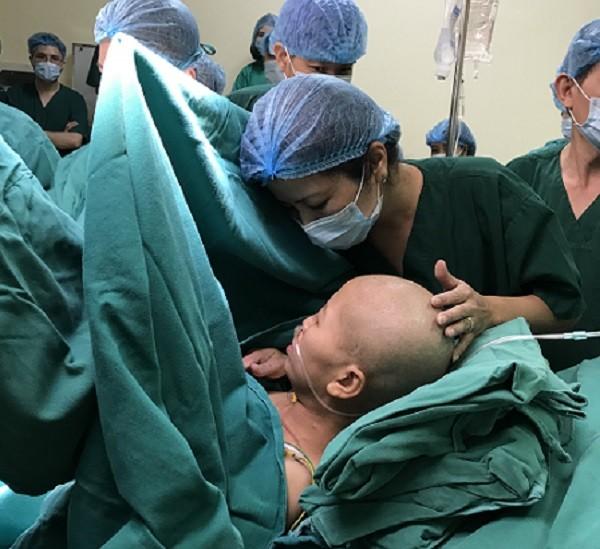 Gần 20 y bác sĩ của BV K và BV Phụ sản Trung ương tham gia mổ lấy thai cho sản phụ ung thư giai đoạn cuối