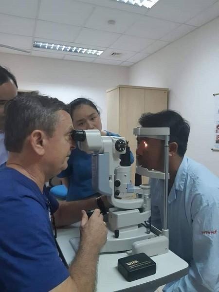 Bác sĩ Kondrot tham gia khám, phẫu thuật mắt miễn phí cho bệnh nhân tại Huế