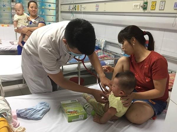 Dù đã vào hè nhưng bệnh nhân nhập viện vì mắc sởi vẫn rất cao và không hề giảm