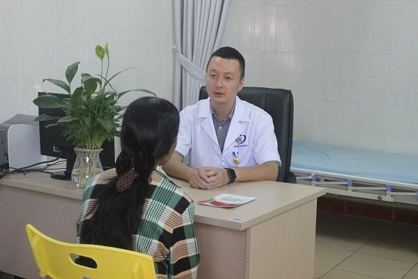 Bác sĩ khám, tư vấn cho bệnh nhân viêm gan tại BV Đa khoa Đống Đa