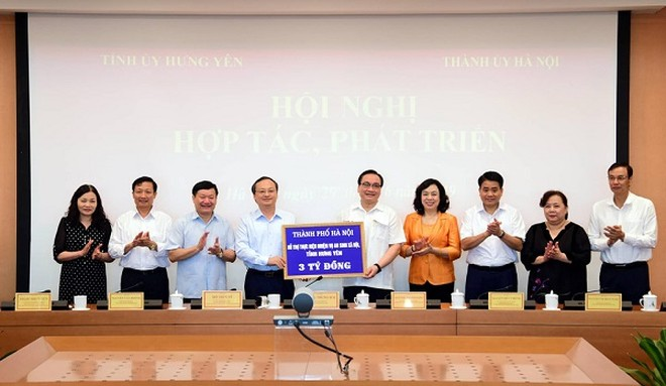 Hà Nội trao tặng tỉnh Hưng Yên 3 tỷ đồng hỗ trợ thực hiện nhiệm vụ an sinh xã hội