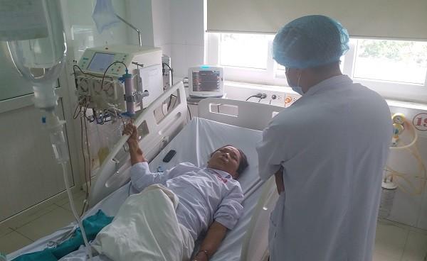 Điều trị cho một bệnh nhân trong sự cố chạy thận ở Bệnh viện Hữu nghị Đa khoa Nghệ An