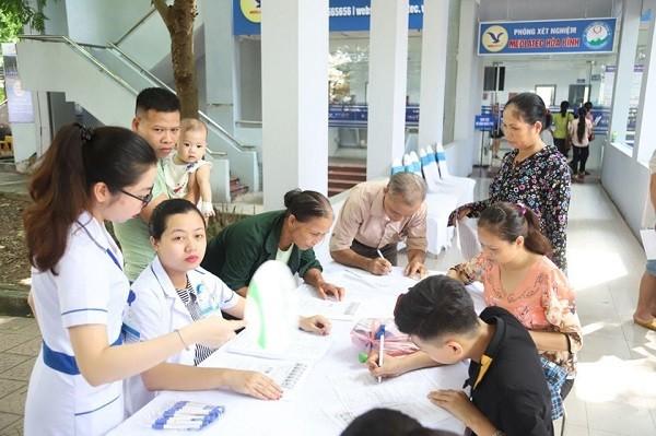 Đội ngũ nhân viên y tế Bệnh viện Đa khoa Medlatec tầm soát bệnh thalassemia cho người dân tại Hòa Bình