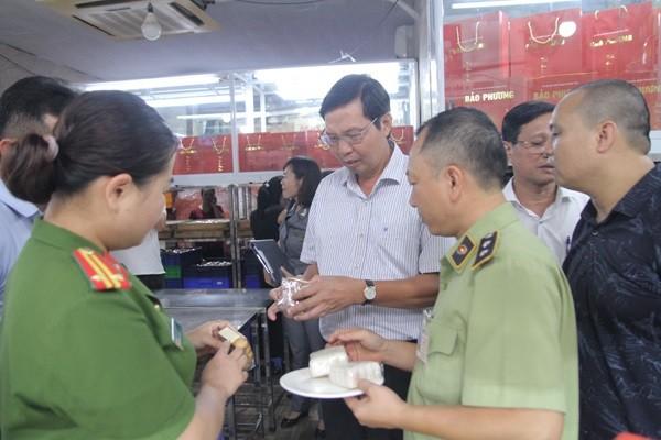 Đoàn iên ngành ATTP thành phố Hà Nội kiểm tra một cơ sở bánh trung thu trên đường Thụy Khuê