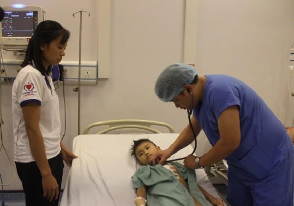 TS.BS Phạm Như Hùng thăm khám cho bé Nguyễn Thế Vinh