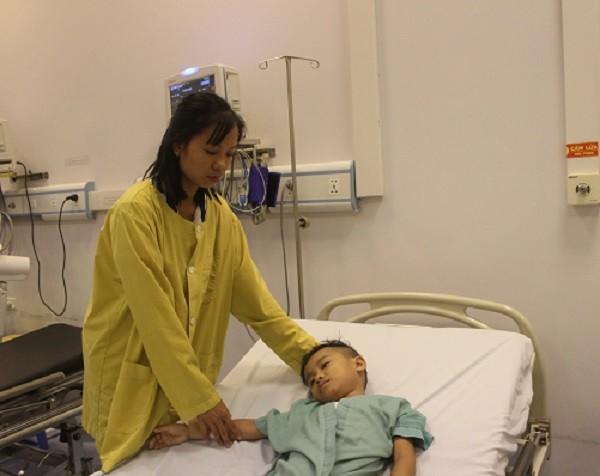 Chị Vân - mẹ bé Vinh ở bệnh viện chăm sóc con suốt gần 3 tháng nay