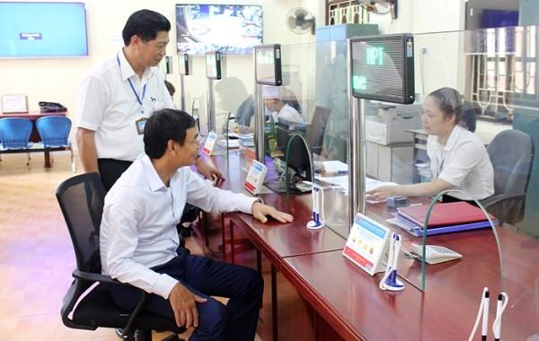 Phó Bí thư Thành ủy Đào Đức Toàn kiểm tra tại bộ phận một cửa UBND huyện Thường Tín