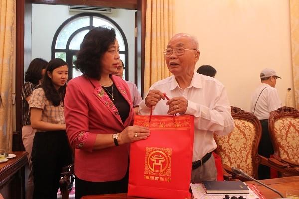 Phó Bí thư Thường trực Thành ủy Ngô Thị Thanh Hằng tặng quà, thăm hỏi sức khỏe các chiến sĩ Việt Minh thành Hoàng Diệu