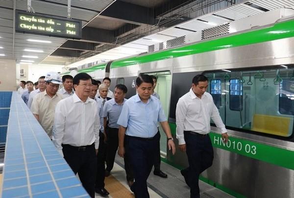Phó Thủ tướng Trịnh Đình Dũng vừa đi thị sát tuyến đường sắt Cát Linh - Hà Đông