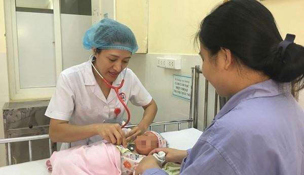 Bé sơ sinh được các bác sĩ chăm sóc sau khi phải hồi sức cấp cứu