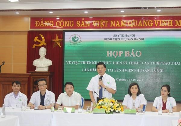 PGS.TS Nguyễn Duy Ánh thông tin đến báo chí về việc bệnh viện thực hiện thành công kỹ thuật cao nhất trong sản khoa hiện nay
