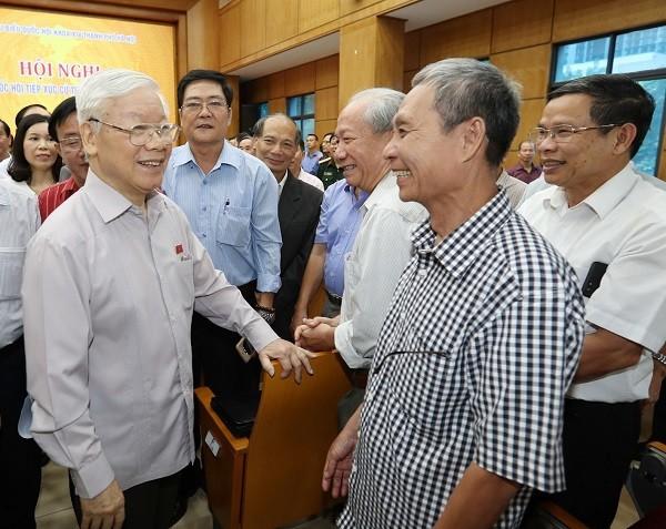 Tổng Bí thư, Chủ tịch nước Nguyễn Phú Trọng trao đổi với cử tri Hà Nội (Ảnh: TTX VN)