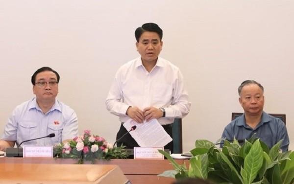 Chủ tịch UBND TP Nguyễn Đức Chung thông tin đến các ĐBQH trong đoàn ĐBQH thành phố Hà Nội