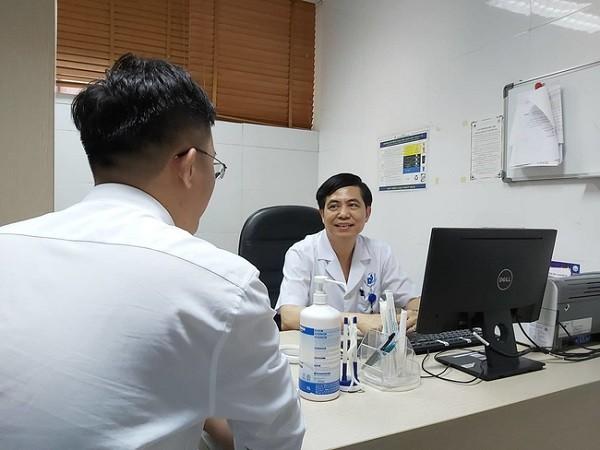 Bác sĩ Đào Hữu Ghi khám, tư vấn cho bệnh nhân